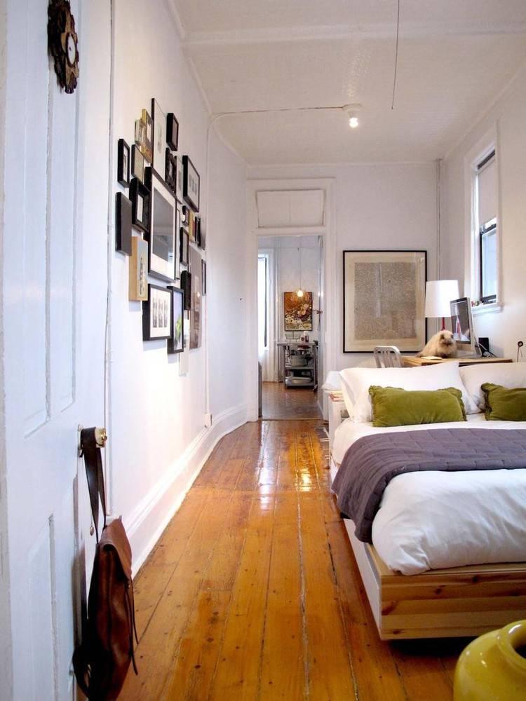 Как правильно оформить интерьер узкой спальни