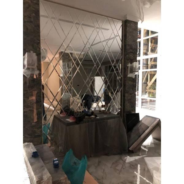 Зеркальные элементы в интерьере кухни, правила размещения с фото