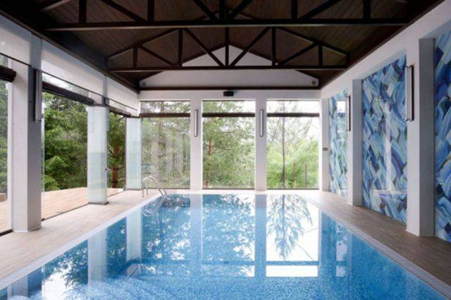 Строительство и дизайн бассейна в загородном доме — насколько сложный процесс и как с ним справиться
