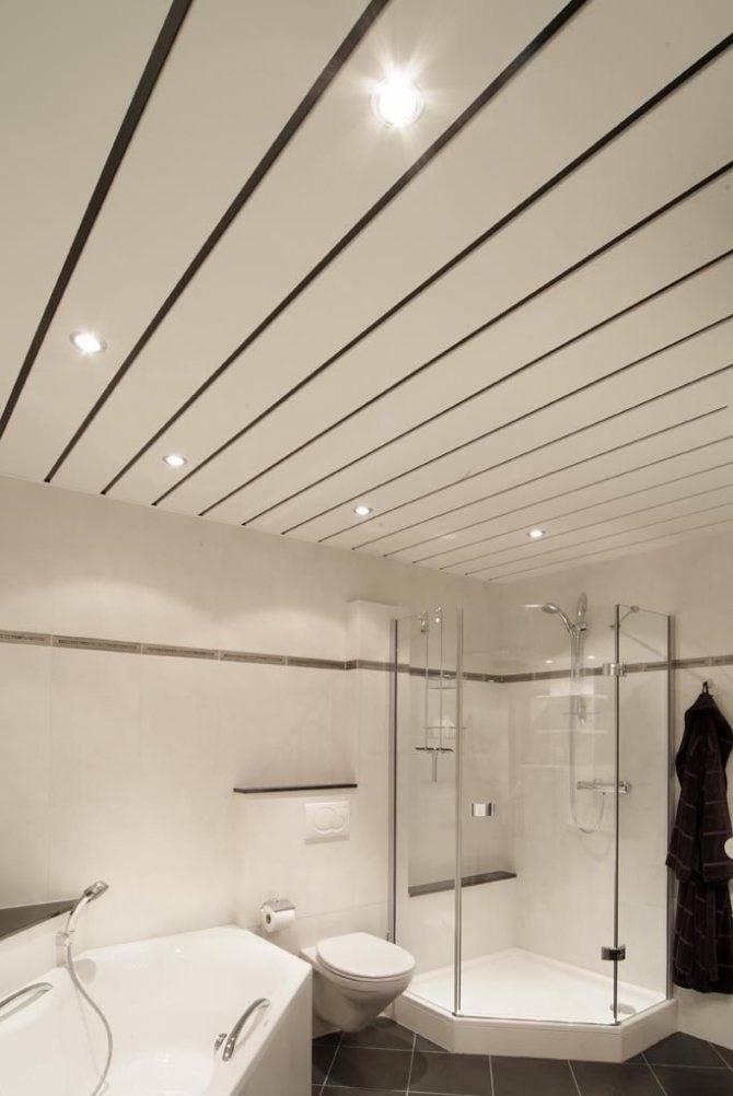 Отделка потолка в маленькой ванной