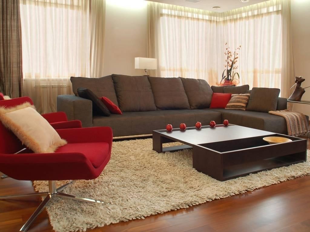 Коричневый диван в интерьере гостиной: дизайн комнаты с темно, светло- или бело-коричневым диваном