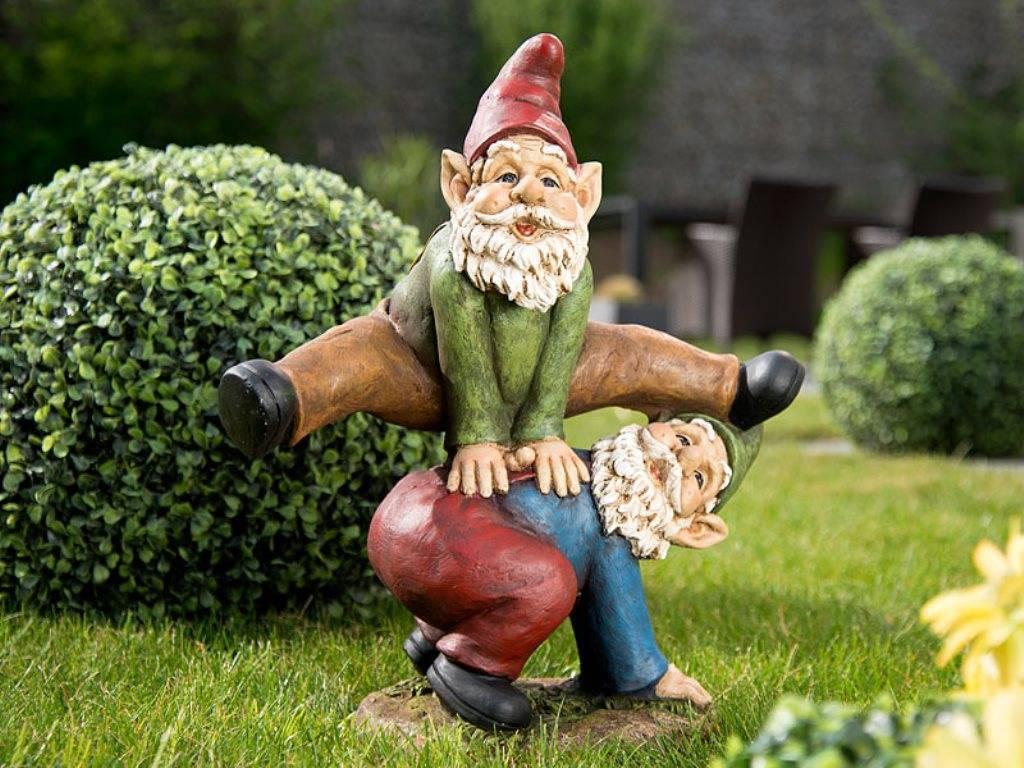 Про использование садовых фигур гномов — украшение сада скульптурами