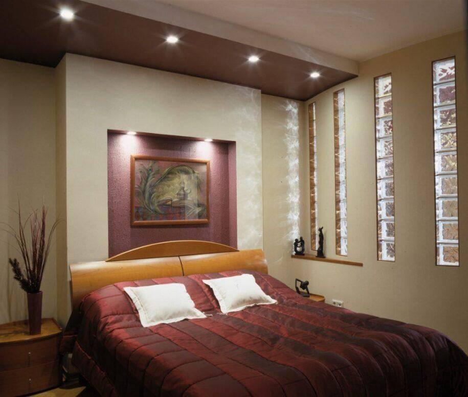 Оформление ниши и арки над кроватью в спальной комнате