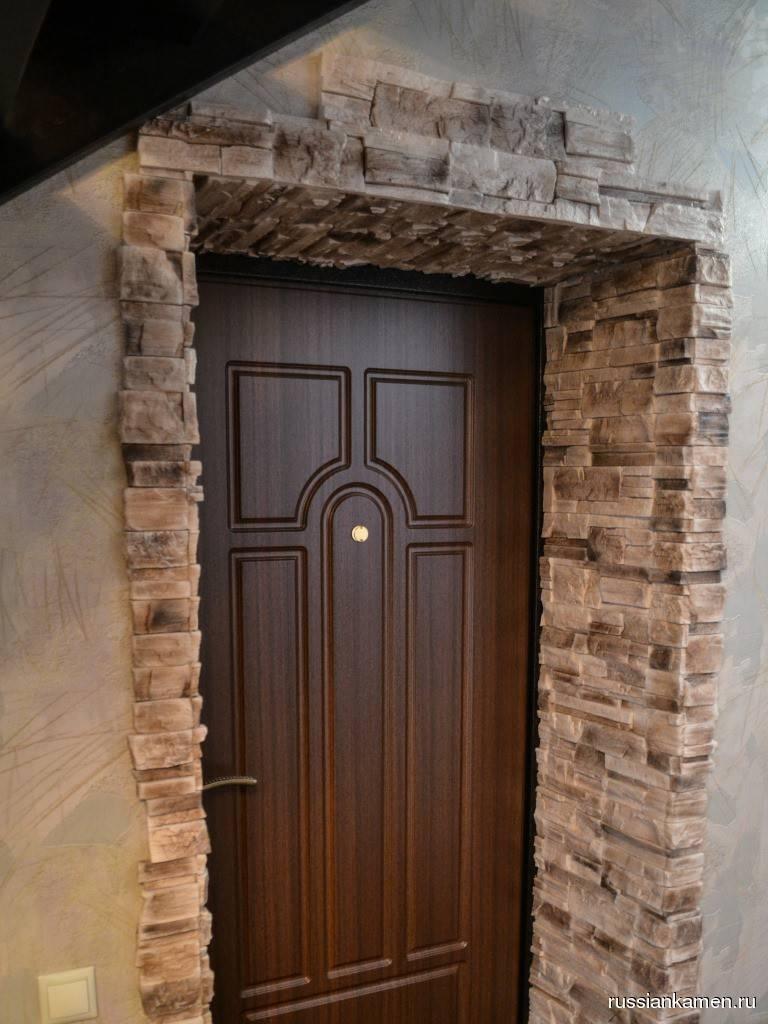 Отделка дверных проемов декоративным камнем: преимущества и монтаж